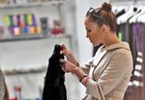 Jennifer Lopez ( Дженнифер Лопес) - Страница 2 Th_65394_Jennifer_Lopez_browses_through_baby_dresses_while_clothes_shopping_on_Robertson_Boulevard4_December_9_2009_-_04_122_969lo