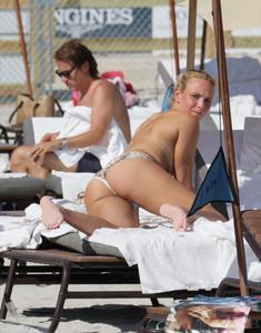 http://img138.imagevenue.com/loc110/th_626821249_Donna_Vekic_Bikini_05_122_110lo.jpg